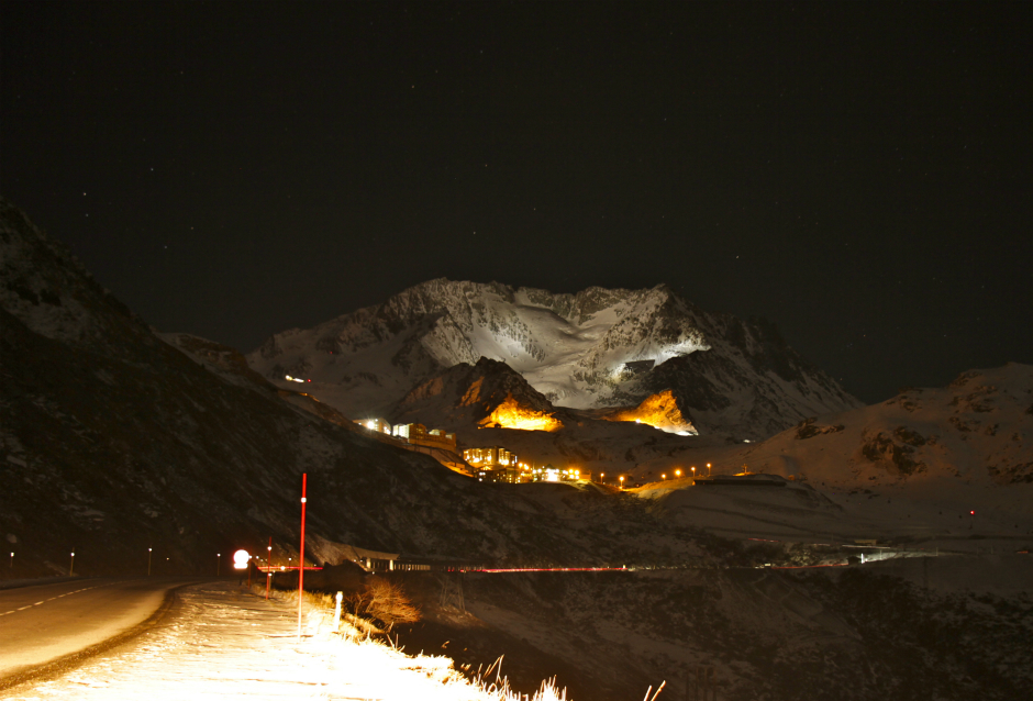 The road to Val Thorens at night