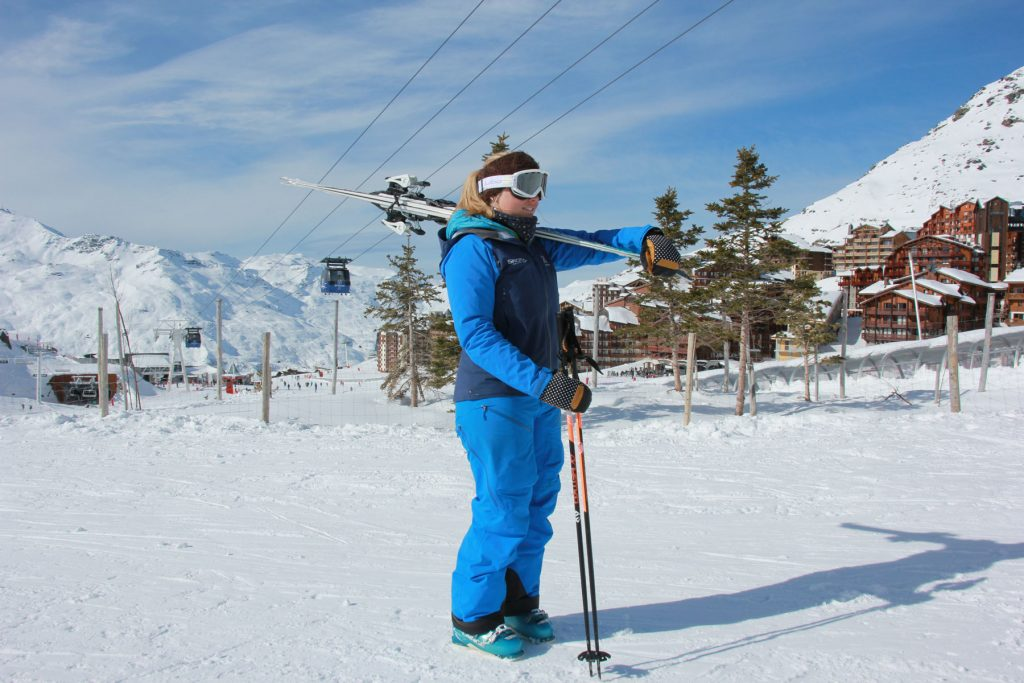 Carrying skis over the shoulder