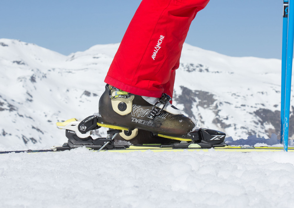 Putting the front of the ski boot into the front of the binding